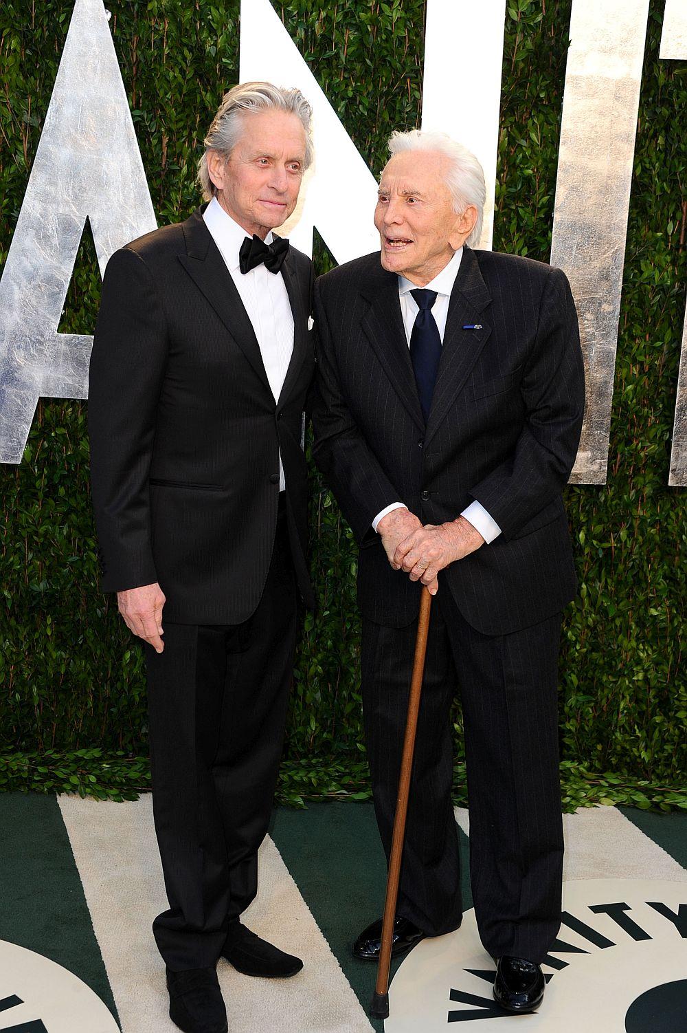"""Три поколения Дъглас пък се изявяват във филма от 2003 година It Runs in the Family (""""Семейна черта""""). Майкъл Дъглас се превъплъщава в адвоката Алекс Громбърг, а легендата Кърк Дъглас е в ролята на бащата на Алекс. Камерън Дъглас пък играе синът на Алекс - Ашър. На снимката: Майкъл Дъглас и Кърк Дъглас"""