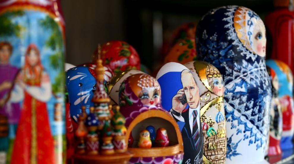 Класически руски сувенир стана повод за секс дебат (СНИМКИ/ВИДЕО)