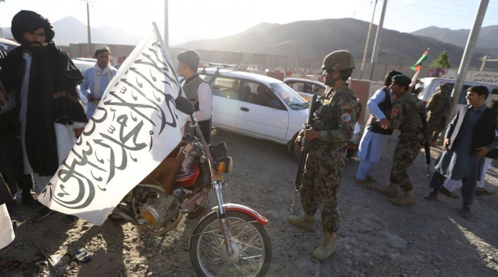 Десетки жертви при експлозия на среща между войници и талибани в...