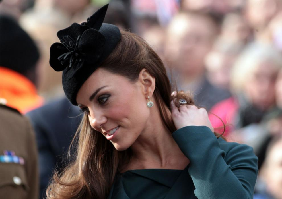 Първият официален съвместен ангажимент с кралицата на херцогинята на Кеймбридж Катрин, 8 март, 2012 година