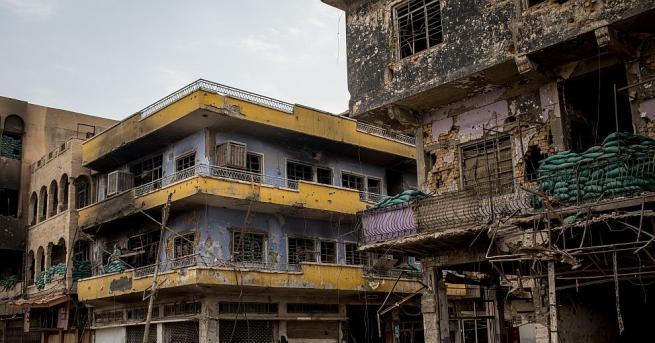 Млади хора доброволно издирват трупове из разрушения Мосул. Там мъртъвците