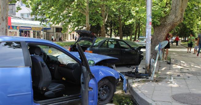 """Два автомобила се блъснаха на кръстовището между бул. """"България"""" и"""