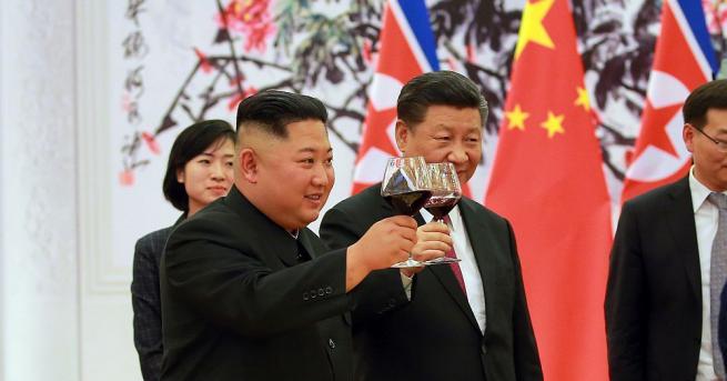 Лидерите на Китай и Северна Корея Си Цзинпин и Ким