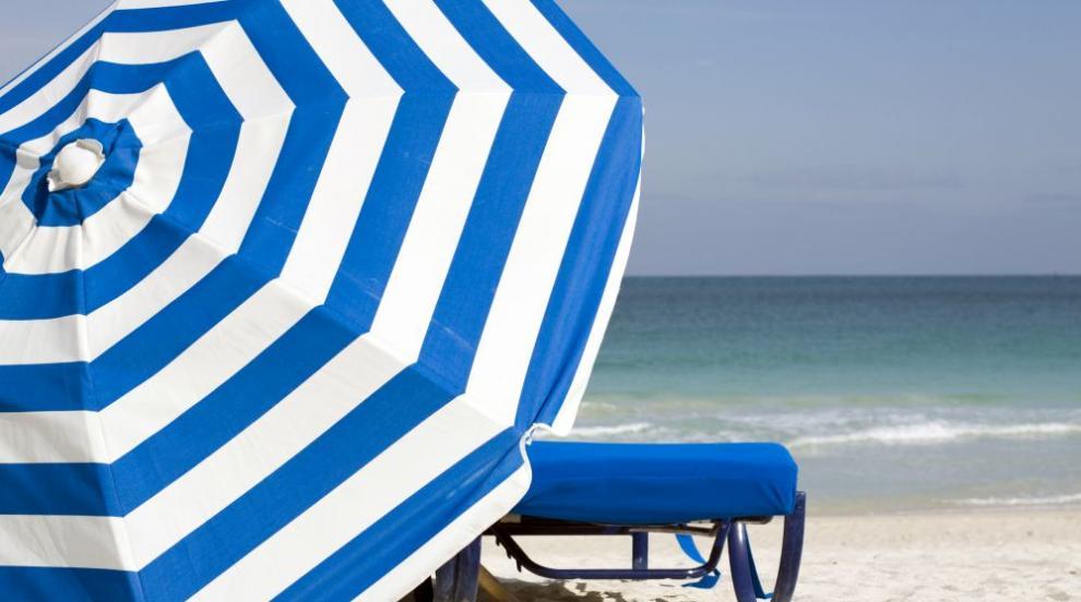 Ползваме шезлонг и чадър за лев на централния плаж в Приморско