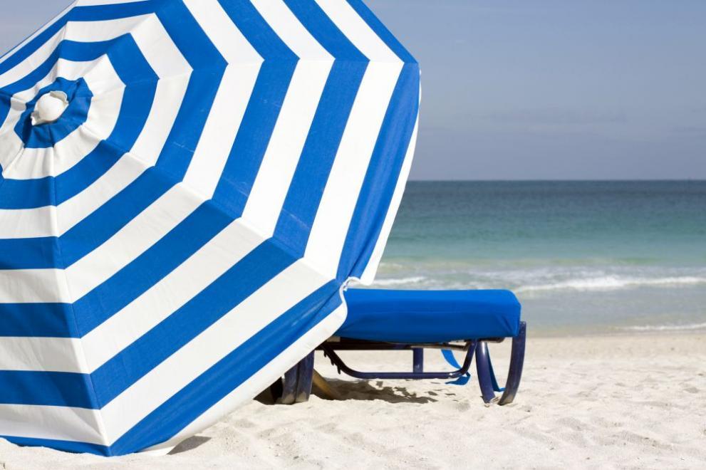 плаж море пясък чадър шезлонг