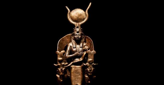 Неизвестни вандали са счупили копия на статуи на египетски богове,