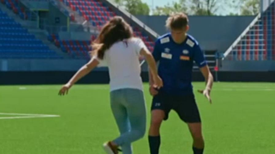 Това момиче смая цял футболен отбор (Видео)