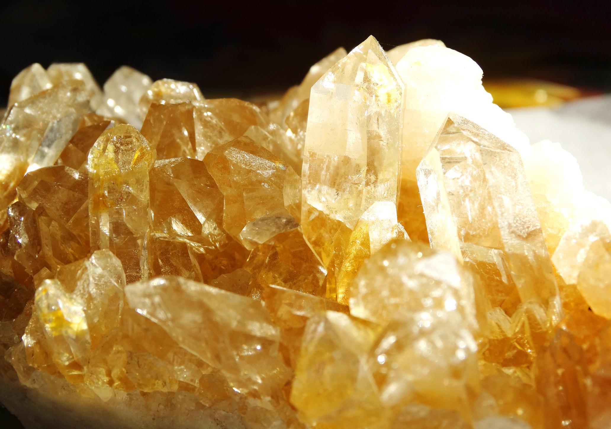 Цитрин- той е скъпоценен камък. Цитринът лесно се създава изкуствено чрез нягряване на аметист (лилавата разновидност на кварца), докато приеме желаното жълто оцветяване. За него се говори, че действа успокояващо.