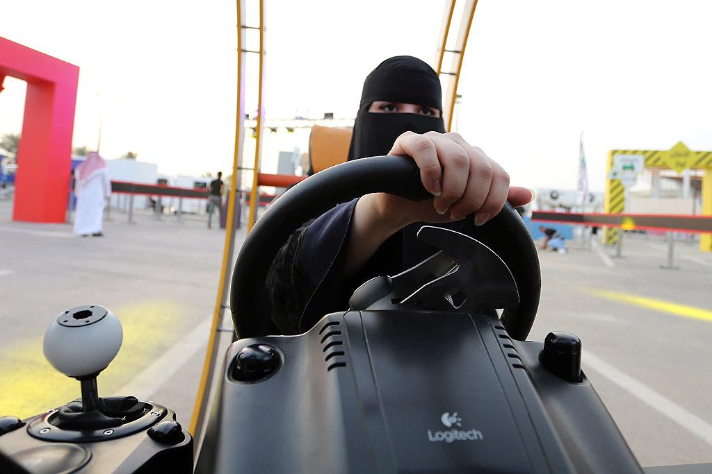 """Саудитки на подготвително събитие за шофиране на автомобили, организирано от отдел """"Трафик"""" в Риад, Саудитска Арабия. Саудитските жени ще могат да шофират в страната, тъй като противоречивата забрана за шофиране ще бъде отменена на 24 юни."""