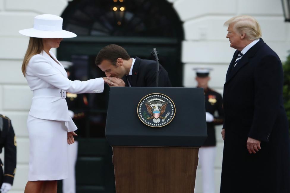 - Мелания Тръмп носеше костюм на дизайнера Майкъл Корс през втория ден от посещението на сем. Макрон в Белия дом. Първата дама на САЩ стана обект на...
