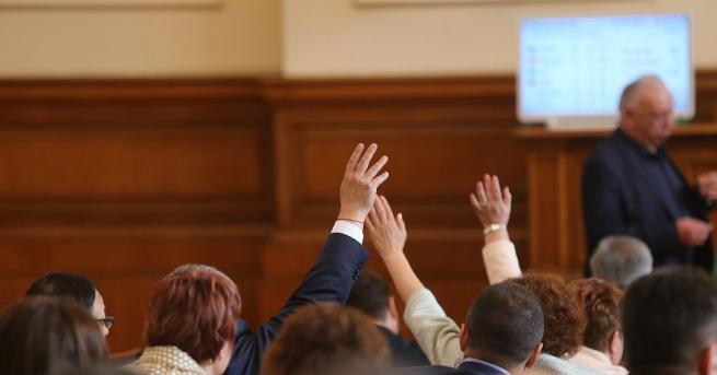 Скандал в парламента и този петък, имаше и безредици. До