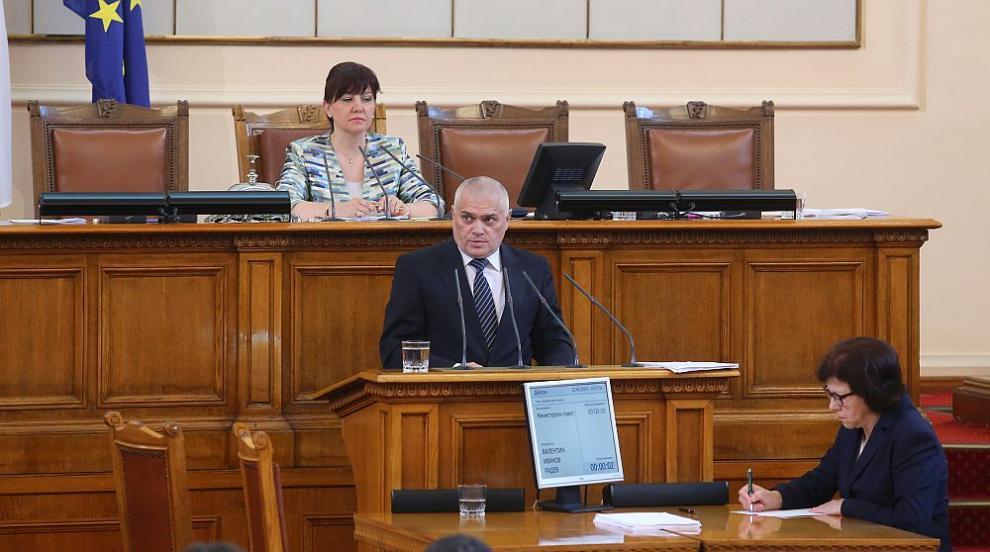 Министър Радев за избягалия затворник: Гоним го