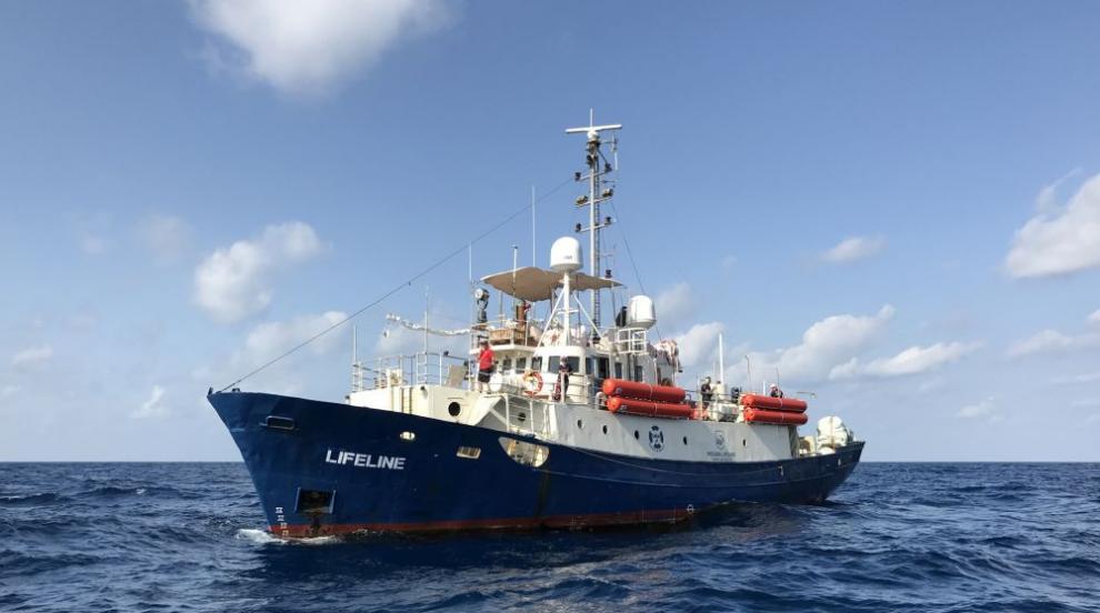 Кораб с 230 мигранти чака дипломатическо решение в морето (СНИМКИ)