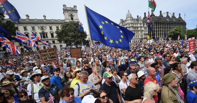 Десетки хиляди излязоха по улиците на Лондон, призовавайки към второ