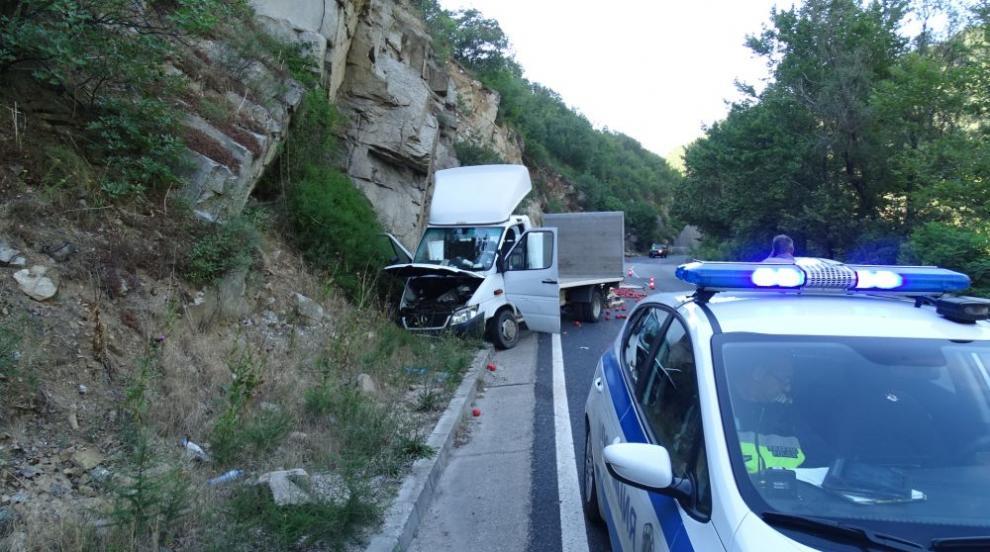 Камион с домати се разби в скала в Кресненското дефиле (СНИМКИ)