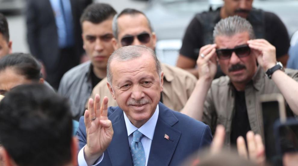 Ердоган гласува с надеждата за нов мандат като президент (СНИМКИ)