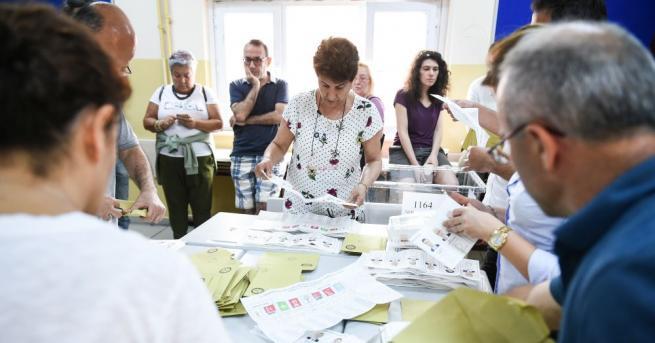 Избирателните секции за парламентарните и президентските избори в Турция затвориха