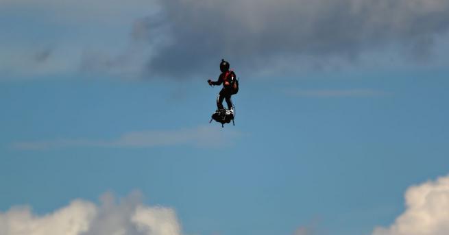 """""""Въздушен ездач"""" се издигна над пистата Пол Рикард по време"""