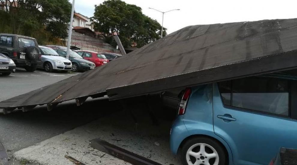 Автобус събори покрив и затрупа шест коли в Несебър