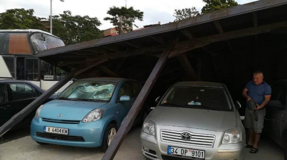 Автобус събори навес и затрупа автомобили в Несебър