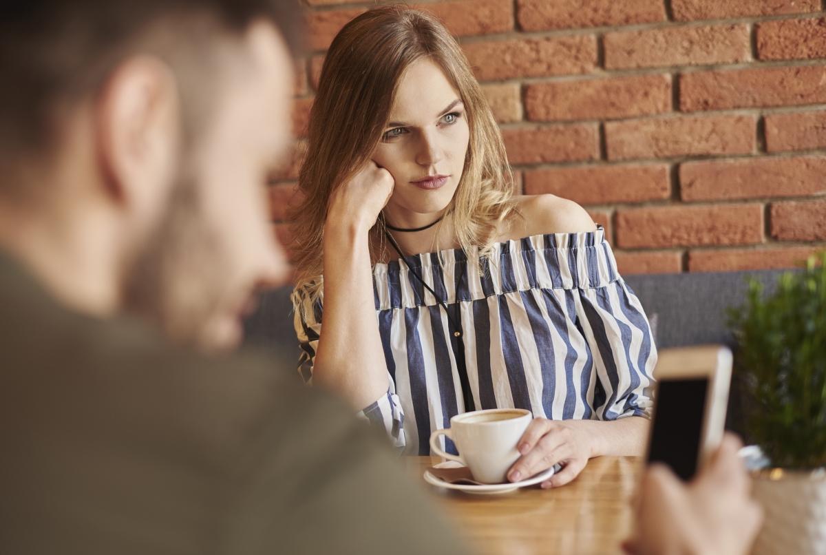 """Ако човека, с когото сте, често не ви слуша, докато говорите, прекъсва ви или паралелно с това започва друга дейност, означава, че не е """"във"""" връзката с вас."""
