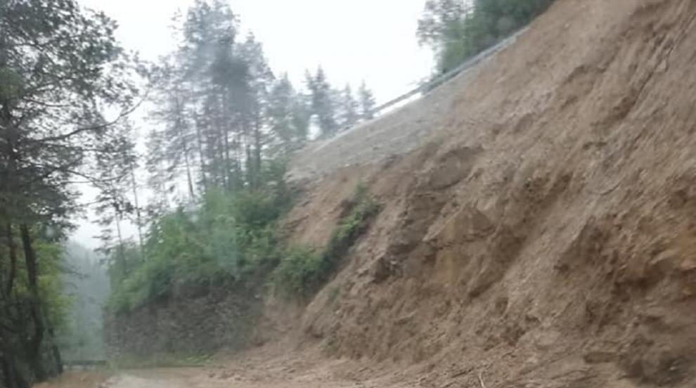 Срутища затвориха пътища в Смолянско, две села са без...