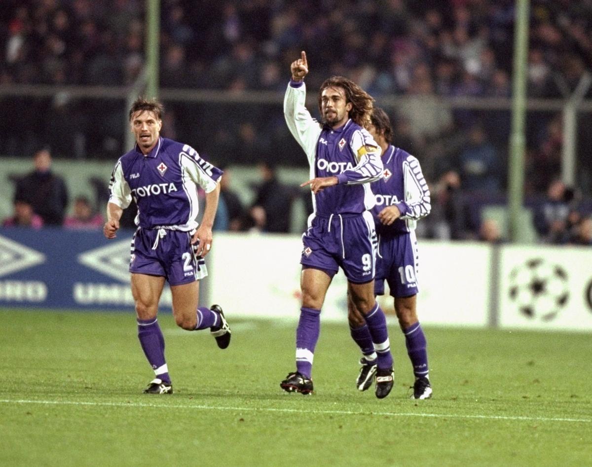 Батистута отбелязва гол в Шампионската лига.
