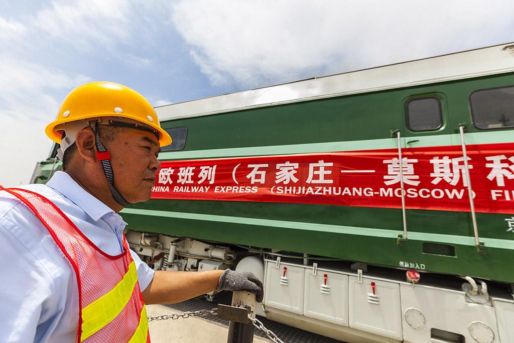 3. Китай – Централна Азия – Западна Азия – енергийна връзка за доставка и пренос на петрол и природен газ, достигащ до провинция Синдзян от Арабския полуостров, Турция и Иран.