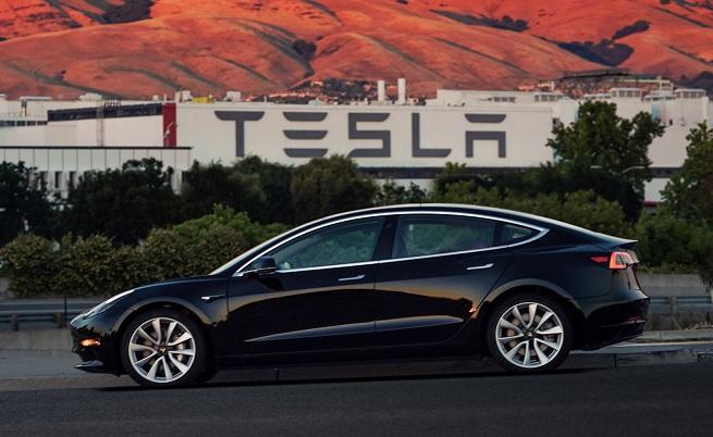 Tesla иска допълнителни $2500 за потвърждение на вече предплатен Model 3