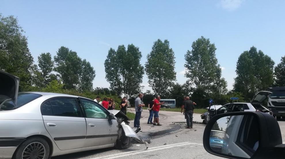 Катастрофа с две коли край Пловдив прати петима в болница