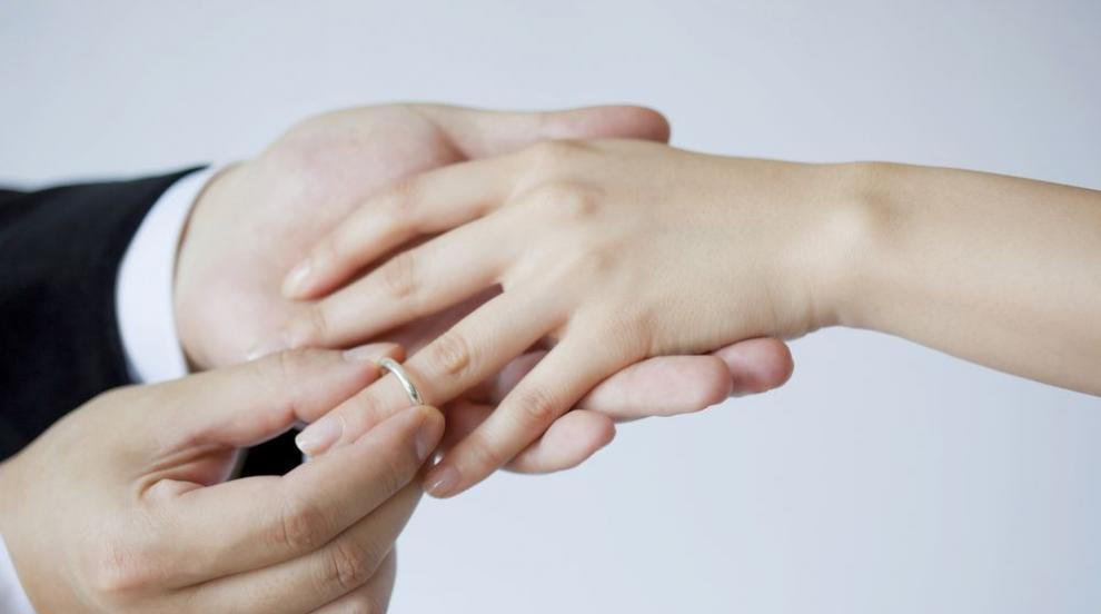 Защо брачната халка се носи на безименния пръст? (ВИДЕО)