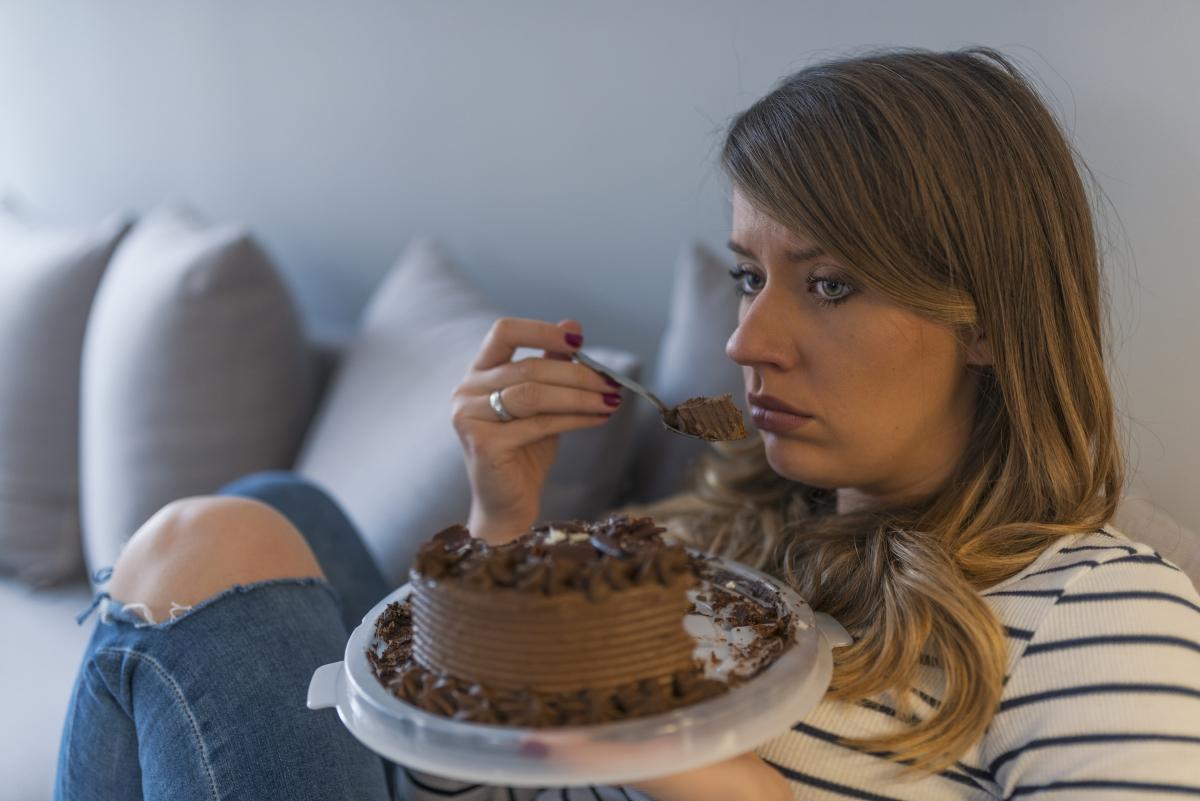 Не яжте, когато се чувствате тъжни. Емоционалните проблеми не се решават с храна.Ако усетите, че посягате към храната, защото не се чувствате добре, по-добре излезте за кратка разходка или направете нещо друго, което обичате.