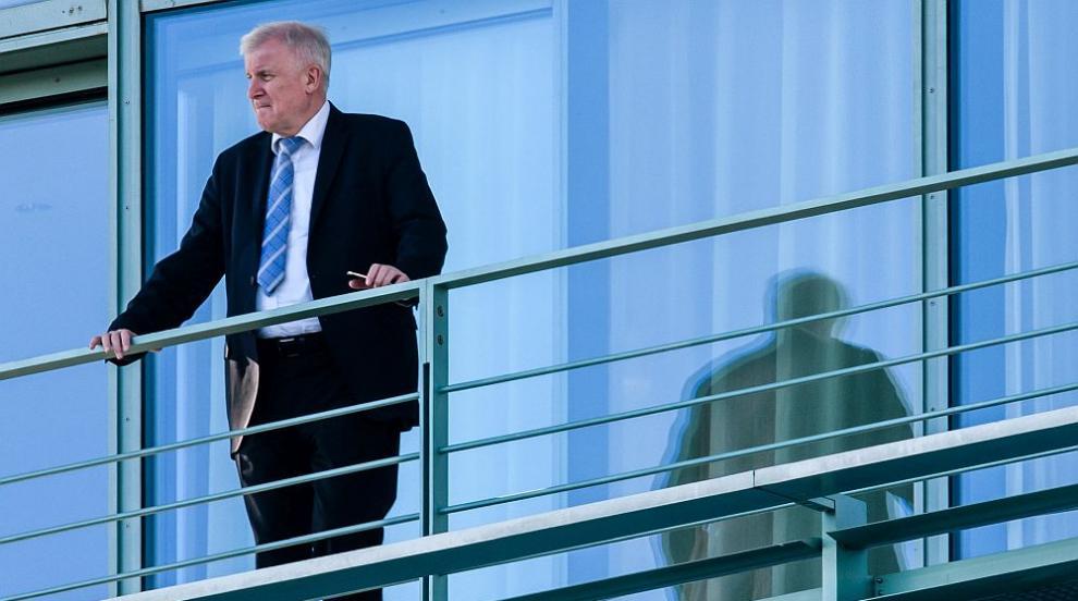 Повечето германци смятат, че вътрешният министър е трябвало да подаде...
