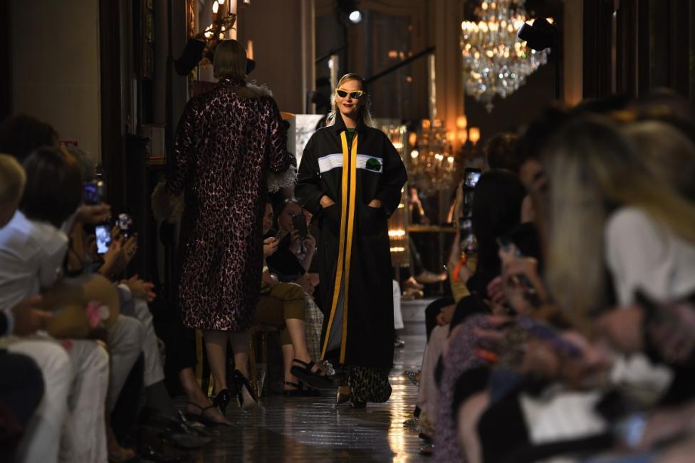"""- Ума Търман се качи на модния подиум в Париж. 48-годишната актриса бе част от шоуто на италианската марка Miu Miu. Звездата от """"Криминале"""" дефилира с..."""