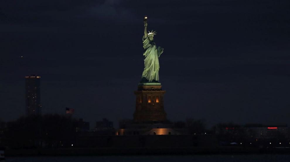 Жена се покатери на Статуята на Свободата, полицията я свали (ВИДЕО/СНИМКИ)