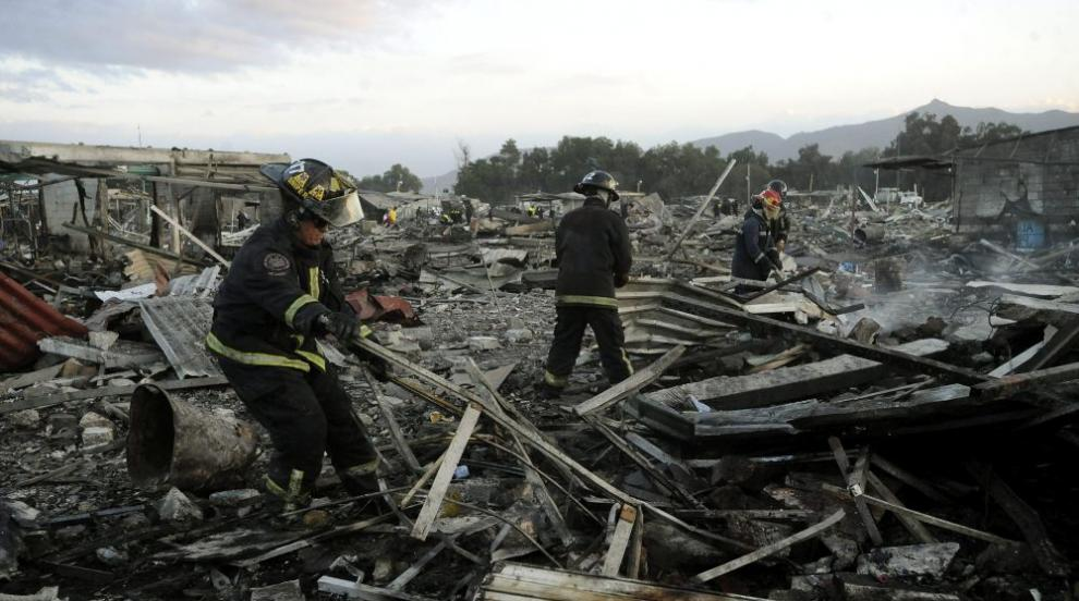 Десетки жертви при два взрива във фабрика за фойерверки в Мексико...