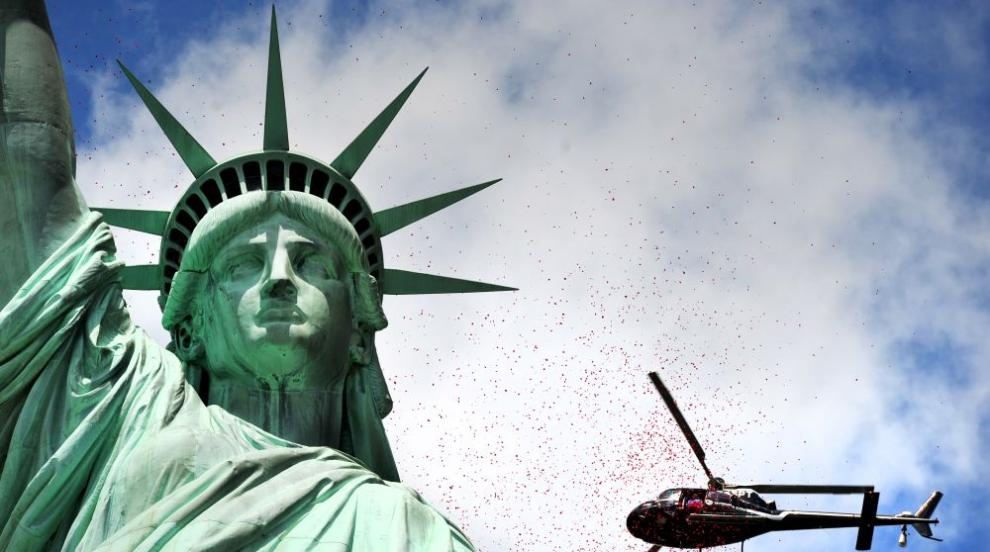Затвор заплашва жената, покачила се на Статуята на свободата