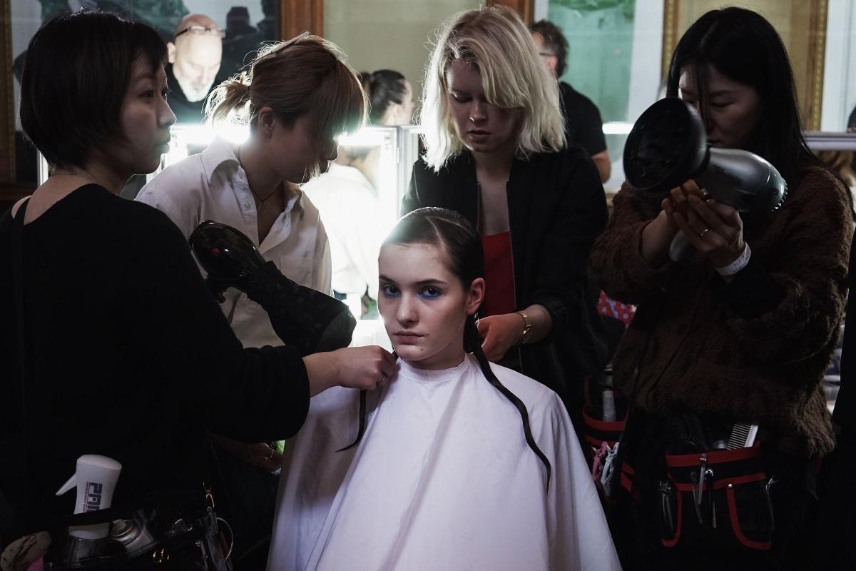 Моделите, представили колекцията на дизайнераIris van Herpen, бяха с прибрани коси с акцент върху опашката, която падаше на раменете им.
