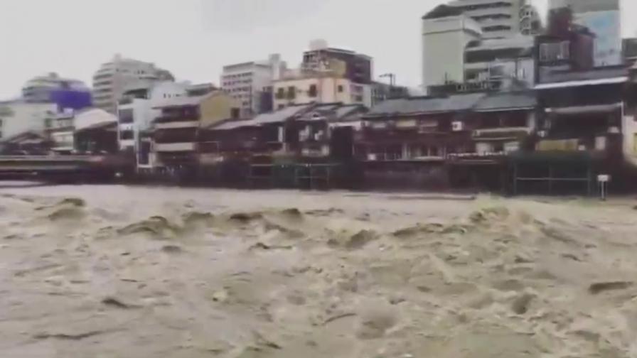 Страшни наводнения в Япония, жертви, над милион се евакуират