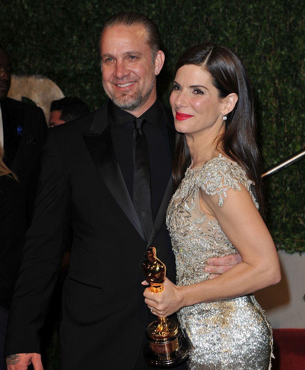 """Актрисата и носителка на """"Оскар"""" Сандра Бълок и телевизионната звезда и механик Джеси Джеймс сключват брак през 2005 година. Пет години по-късно, малко след като актрисата е отличена за ролята си във филма """"Сляпата страна"""", съпругът ѝ е изобличен в изневери от няколко жени. Самият Джеймс казва, че повечето от тях нямат основания за подобни твърдения, но наистина е пристъпил брачните си клетви и се извинява на Бълок за това, което ѝ е причинил. Двамата са официално разведени от юни 2010 година. На снимката: Сандра Бълок и Джеси Джеймс през 2010 година"""