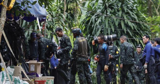 Четири от блокираните в наводнената пещера в Северен Тайланд момчета