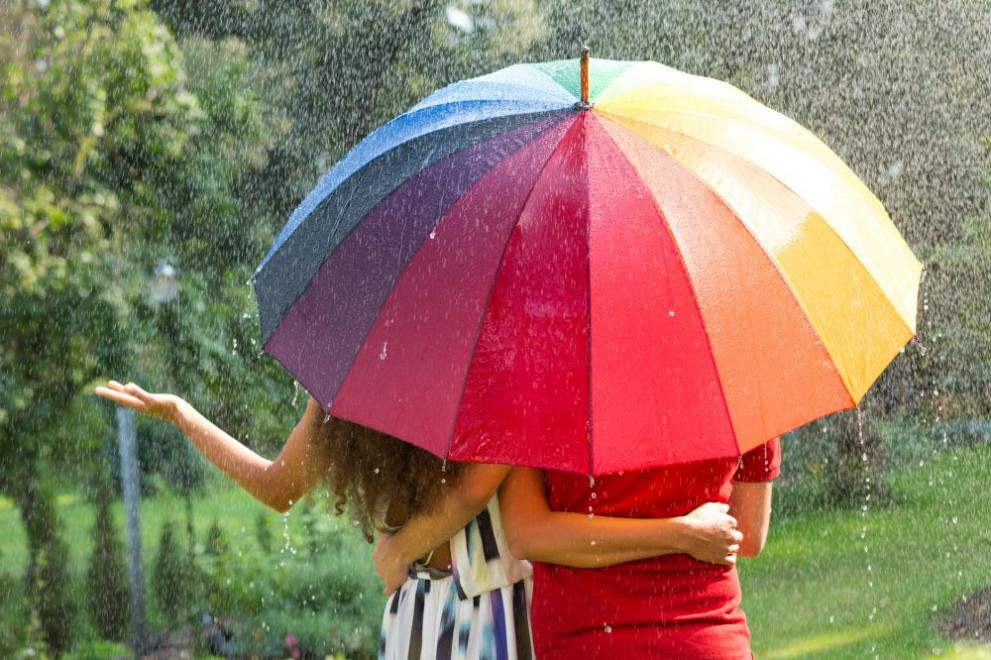 времето дъжд чадър двойка