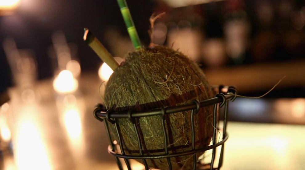 Сръчен младеж бели кокоси със зъби