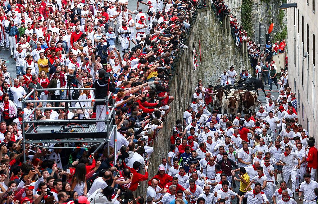 """Традицията на деветдневната фиеста, която започна в петък, датира от Средновековието и чрез нея се отдава почит на местния светец Фермин. Тълпа от хора, облечени в бяло и червено, и често подкрепени с вино, тичат по криволичещите улици на Памплона, преследвани от шест бика. Три минутното надбягване по трасе с дължина от 850 метра е увековечено и в литературата от американския писател Ърнест Хемингуей в класиката """"И изгрява слънце"""". От 1911 г. общо 15 души са намерили смъртта си по време на фестивала, като последният смъртен случай е през 2009 г. миналата година 87 души бяха ранени, много от които бяха стъпкани от биковете"""