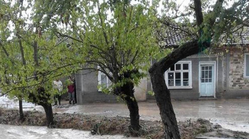 Порои и градушка нанесоха щети в много селища, кога ще спрат валежите
