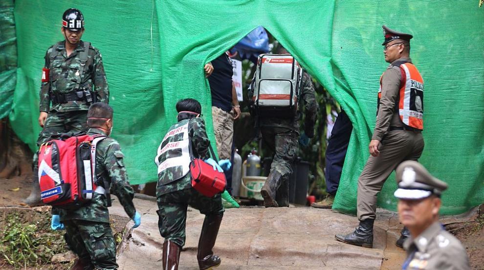 Щастлив край: Всички деца и треньорът им са изведени от пещерата в Тайланд...