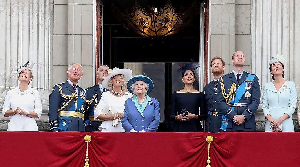 Кралското семейство показа принц Луи (СНИМКИ)