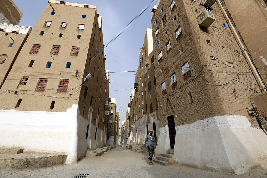 Всички жилищни сгради в Шибам са построени от глинени тухли. Към 500 от тях може да се считат за многоетажни (за времето на построяването им), тъй като имат 5-11 етажа, като всеки етаж e отделно жилище, заемано от отделно семейство.