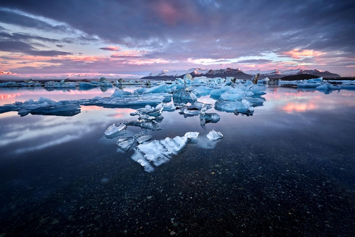 """Исландия първоначално се е казвала """"Snaeland"""" - Снежна земя. Когато обаче на нея стъпва викингът Флоки Вилдергарсон, името се променя. Неговоото пътешествие в опит да """"завладее"""" тази територия се оказва печален: дъщеря му се дави, а в тежката и сурова зима умират животните, които давали основните хранителни запаси на колонизаторите. Така Флоки нарекъл снежната земя """"Ледена земя""""."""