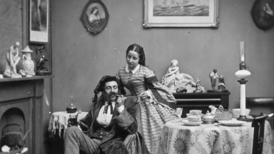 Викторианска съпруга пали лулата на мъжа си.